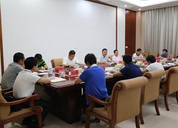 县长黄庆华主持召开县委常委(扩大)会议