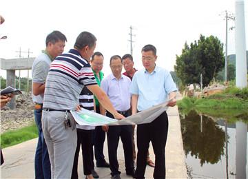 县长黄庆华一行到官浔等乡镇检查指导河道整治工作