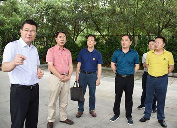 黄庆华带领乡镇人员开展铁路沿线环境综合整治